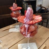苺の季節が終わる前に♪アガペカフェ【岡崎市】さんのいちごパフェ♪ソースや練乳は目の前でかけてくれます(≧∇≦)