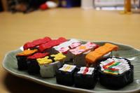お寿司1人前 ~LaQ~ お皿に乗せてみました。すごく美味しそうです。 2017/05/11 07:15:42